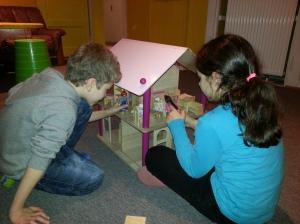 """Von zusätzlichen Spenden im letzten Jahr konnte die Einrichtung ein Puppenhaus anschaffen. Wir freuen uns, dass die """"Kids im Riederwald"""" gerne damit spielen und bedanken uns bei unseren Mitarbeitern!"""